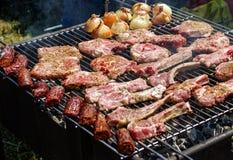 Barbecuegrill met vlees Royalty-vrije Stock Foto's