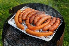 Barbecuegrill met worsten op de grill stock afbeeldingen