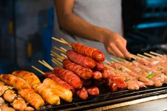Barbecuegrill over houtskool Stock Foto