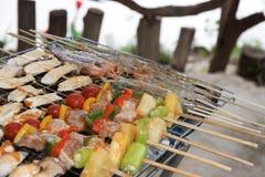 Barbecuegrill van vlees en veggies stock foto's
