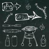 Barbecuehulpmiddelen: BBQ de Vork, Tang, Grill met Vlees, Brand, Bierfles, kan, Ketchup, Kruiden Op een zwart bord stock illustratie