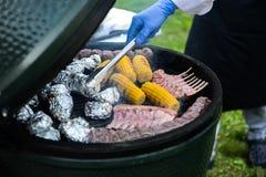 Barbecueribben en graan op de grill Stock Foto's
