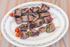Barbecuerundvlees bij de grill wordt gekookt die royalty-vrije stock fotografie