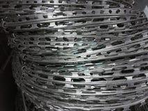 Barbed stalowy drut przygotowywa dla sprzedaży szarość tła zdjęcia stock