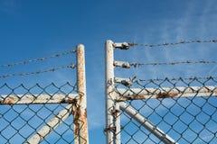 Barbed-wire και αλυσίδα-συνδέσεων φράκτης Στοκ εικόνες με δικαίωμα ελεύθερης χρήσης