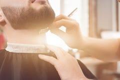 Barbeie a barba no barbeiro Imagens de Stock