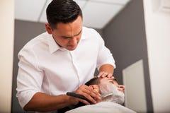 Barbeiro centrado sobre seu trabalho fotos de stock