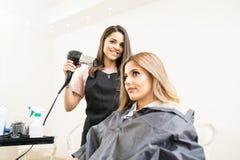 Barbeiro com um blowdryer foto de stock