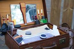 Barbeiro da mala de viagem com ferramentas foto de stock royalty free