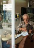 Barbeiro em Izmir, Turquia Fotos de Stock