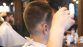 Barbeiro masculino que usa um talco para o cliente novo no salão de beleza O cabeleireiro usa a escova para limpar o indivíduo do video estoque