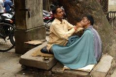Barbeiro nas ruas de Kathmandu Imagens de Stock