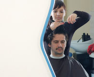Barbeiro no trabalho. vista do espelho Imagens de Stock Royalty Free