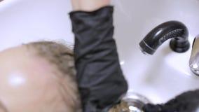 Barbeiro que aplica o condicionador ou a queratina antes de fazer um penteado video estoque