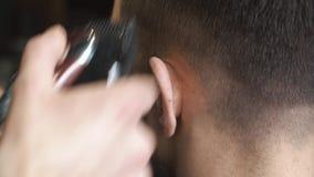 Barbeiro que barbeia o cabelo no barbeiro vídeos de arquivo