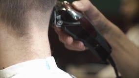Barbeiro que barbeia o cabelo no barbeiro filme