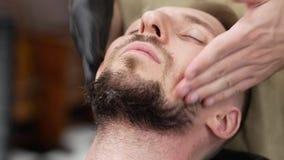 Barbeiro que denomina uma barba antes de barbear filme