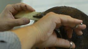 Barbeiro que faz o corte de cabelo do homem no barbeiro Cabeleireiro no trabalho Salão de beleza de beleza vídeos de arquivo