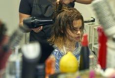 Barbeiro que faz o penteado para a moça Fotos de Stock Royalty Free