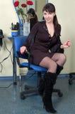 Barbeiro que relaxa no local de trabalho Imagem de Stock
