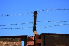Barbelé au-dessus des portes photos libres de droits