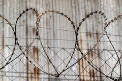 Barbelé en forme de coeur contre un entrepôt photographie stock libre de droits