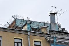 Barbelé et antennes sur les toits Photos libres de droits