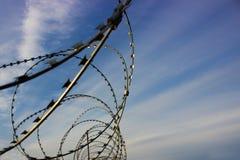 Barbelé et ciel, barrière de barbelé, prison, zone protégée, fond Image stock