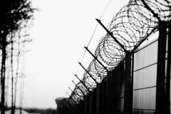 Barbelé pointu sur la barrière photos libres de droits