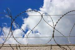 Barbelé sur la barrière concrète protégeant l'entreprise industrielle Image libre de droits