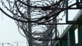 Barbelé sur la frontière de sécurité Barrière de prison banque de vidéos