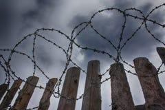 Barbelé sur le fond des nuages plus de photographie stock libre de droits