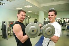 barbell η γυμναστική επανδρώνει Στοκ Εικόνες