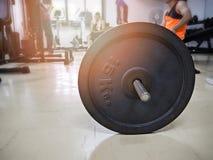 Barbell στη γυμναστική Στοκ φωτογραφία με δικαίωμα ελεύθερης χρήσης
