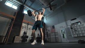 Αθλητής που ρίχνει το βαρύ barbell απόθεμα βίντεο
