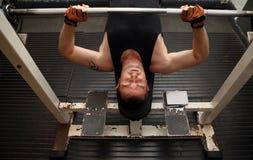 тренировка прочности гимнастики barbell Стоковые Изображения