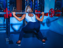 Γυναίκα ομορφιάς με το barbell στη γυμναστική Στοκ Φωτογραφίες