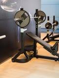 Barbell avec le banc incliné pour la séance d'entraînement de forme physique dans le gymnase photos stock