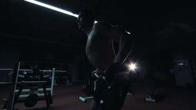 Barbell de elevación del deportista joven metrajes