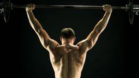 Barbell de elevación del hombre muscular, visión trasera almacen de video