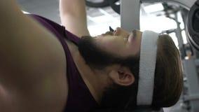 Barbell de levage de gymnase de gros homme motivé se trouvant sur le banc, désir de perdre le poids banque de vidéos