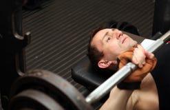 Barbell di weightlifting di allenamento di Bodybuilding Immagini Stock