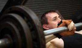 Barbell di weightlifting di allenamento di Bodybuilding Immagine Stock