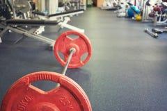Barbell en piso en gimnasio vacío imágenes de archivo libres de regalías