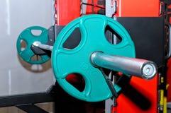 Barbell mit grünen Barbellplatten Lizenzfreies Stockbild