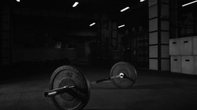 Barbell pesado en el piso de un estudio del gimnasio fotos de archivo
