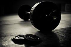 Barbell y discos en un gimnasio del levantamiento de pesas fotos de archivo