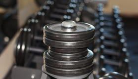 Barbellplaten in de gymnastiek Stock Foto