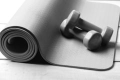 Barbells που βρίσκεται στο πορφυρό χαλί γιόγκας Αθλητισμός και υγιής τρόπος ζωής στοκ φωτογραφία