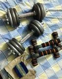 2 3 barbells που κρατούν το βάρος κατάρτισης λίβρας Στοκ Εικόνα